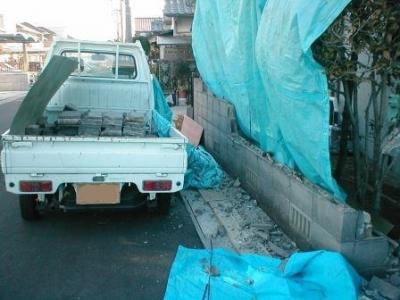 ブロック塀積み替え05解体途中飛散防止シート養生.JPG
