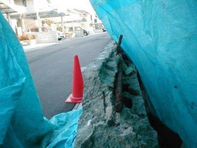 ブロック塀積み替え06解体途中飛散防止シート養生.JPG