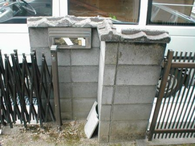 ブロック塀修理前07内部門と車庫ポスト付近.JPG