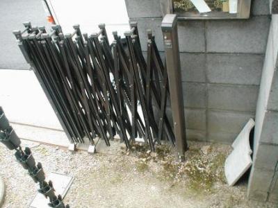 ブロック塀修理前08内部車庫入り口付近.JPG