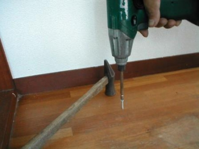 床重ね貼り補修01既存の床鳴りビス止め.JPG