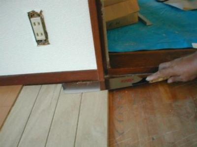 床重ね貼り補修07貼り込み途中の額縁首切り.JPG