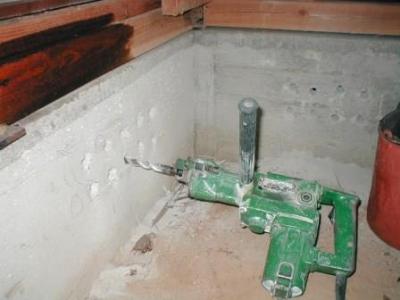 玄関床修理09基礎の通気穴あけ途中.JPG