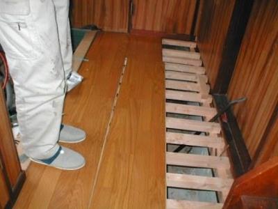 玄関床修理13フロアー貼り正解例.JPG