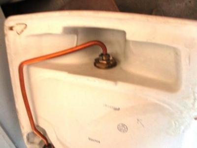 手洗い不調の調査02裏側の差込み納まり.JPG