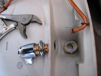 手洗い不調の調査03水栓器具外し.JPG