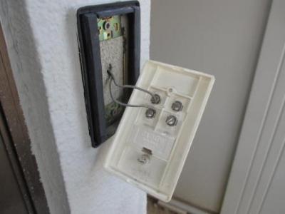 モニターホン取付03チャイムスイッチ外し裏面の古いタイプ例.JPG