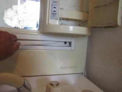 モニターホン取付03電源分配の洗面キャビネット外しビス位置例.JPG