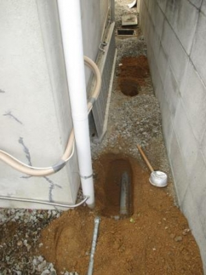 下水工事13現場調査?外回り?東側?配管調べ?浴室の外付近配管.JPG