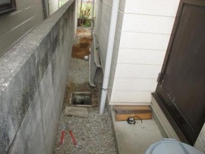下水工事17現場調査?外回り?東側?配管調べ?洗面から浴室の外付近全体.JPG