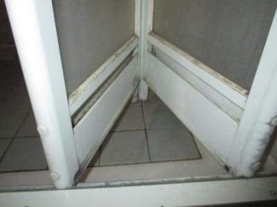 浴室ドア修理?施工前?下部と垂れ下がったヒンジ部品.JPG