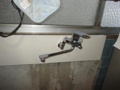 台所改装?キッチンバネル重ね張り?-3水栓磨きと取付後.JPG