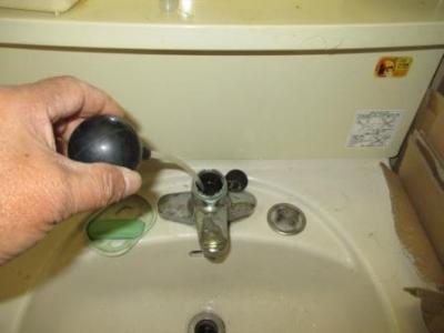 洗面水栓器具水漏れ修理14施工?水溜り吸い取り.JPG