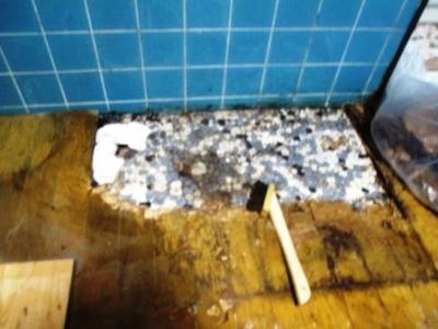 洗濯場床修理03古いタイル残りで陥没直前?解体施工途中.JPG