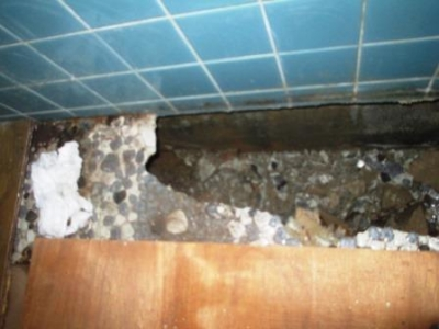 洗濯場床修理04古いタイル残りで陥没直前?解体施工途中前.JPG