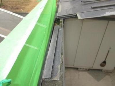 カーポート屋根40施工途中?パネル張り例?下端の引掛け部材?既製品のハトメ固定と脱落例.JPG
