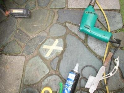 石剥がれ補修03施工完了と目印テープ貼り.JPG