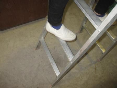 用具基本技能(アルミ脚立)足の掛け方?安全策.JPG