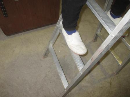用具基本技能(アルミ脚立)足の掛け方?危険な例?平行で内側寄り.JPG