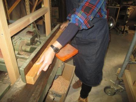 電動工具基本技能(電気カンナ)手押しプレーナー?コバ加工の定盤への密着体勢と素手対応例181115.JPG
