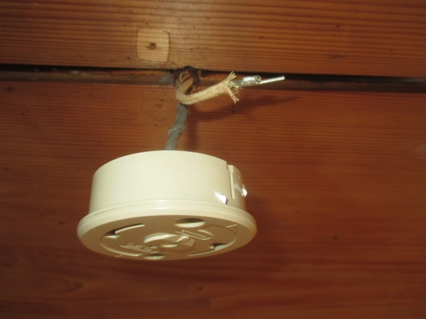 和室照明器具取替?配線改良?引掛けシーリングボディ途中接続?片方差込み前.JPG