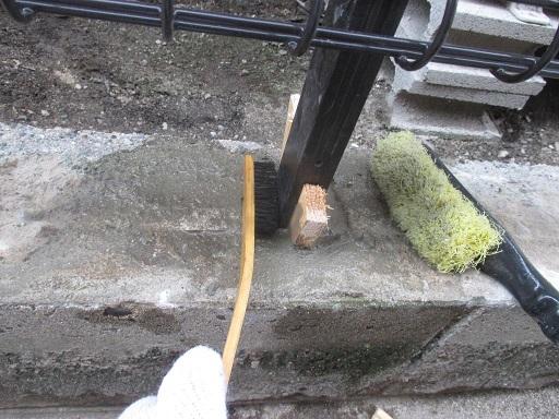 ブロック塀解体?フェンス取付?柱根にモルタル粗詰め?チリ刷毛で水洗い.JPG