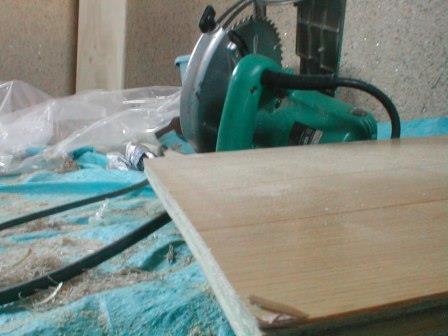 フロアーパネル張り?ころばし根太と床板張り途中の丸ノコ使いミス例.JPG