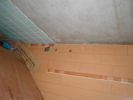 台所キッチン取替え?流し台の下床板高さ合せの捨て張りと配管穴あけ.JPG