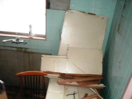 台所キッチン取替え?解体?レンジフードと吊り戸棚の途中.JPG