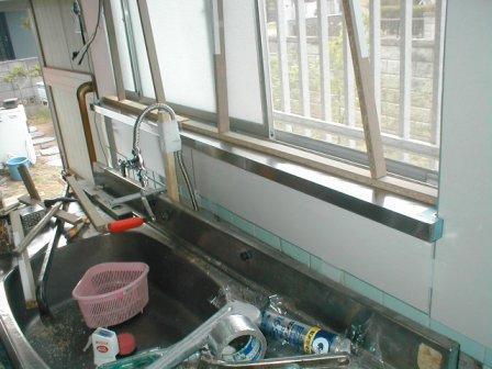 台所キッチン取替え?キッチンパネルの取付?窓の下枠?ステンレス水切り被せ.JPG