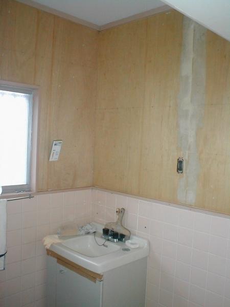 洗面所の内壁クロス張替え?剥がし後の裏紙取り除き後.JPG