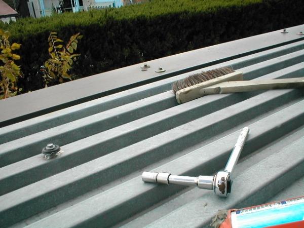 コンテナ屋根修理03ルーフデッキの固定ボルトコーキング前.JPG