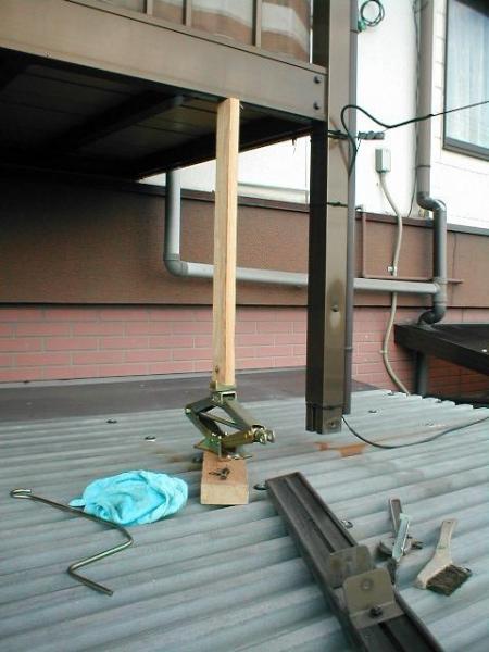 コンテナ屋根修理06ルーフデッキの塗装前のベランダ足の解体.JPG