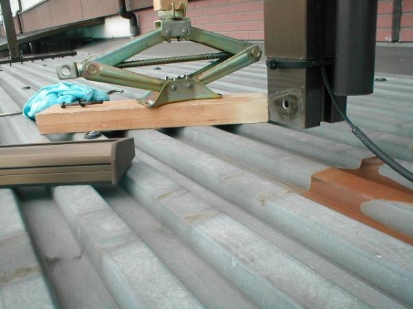 コンテナ屋根修理07ルーフデッキの塗装前のベランダ足の解体.JPG