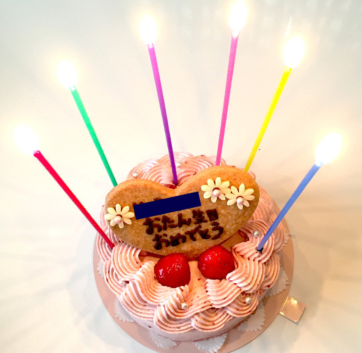 ろうそくなどを盛り付けたケーキ