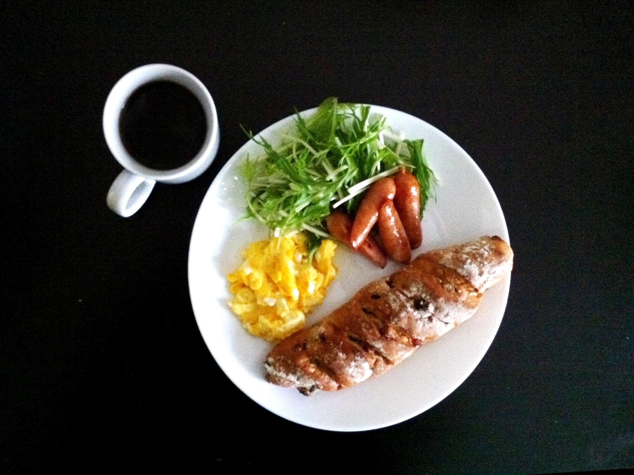 木ノ実が入ったパン、スクランブルエッグ、ソーセージ、水菜、ヘーゼルナッツフレーバーコーヒー