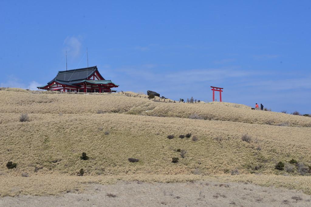箱根駒ヶ岳から山頂の神社を望む