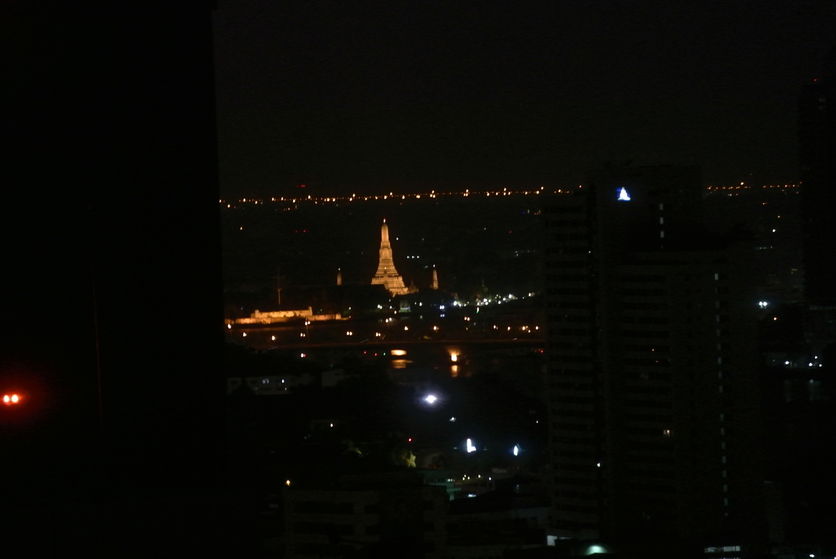 プルマン バンコク ホテル G 部屋からの夜景 ワットアルン