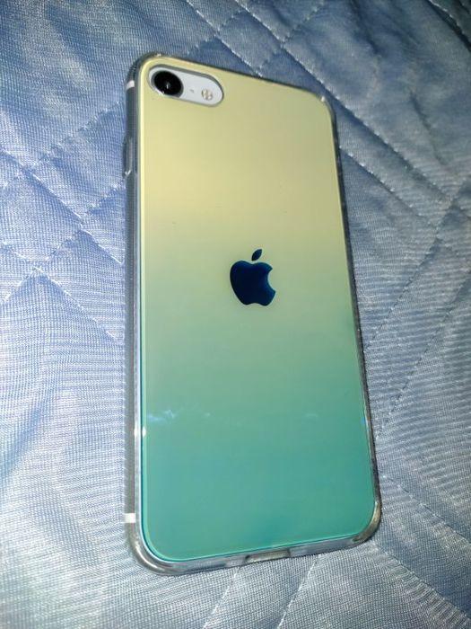 TORRASのケース(グラデーションブルー)を装着した状態のiPhone SE2