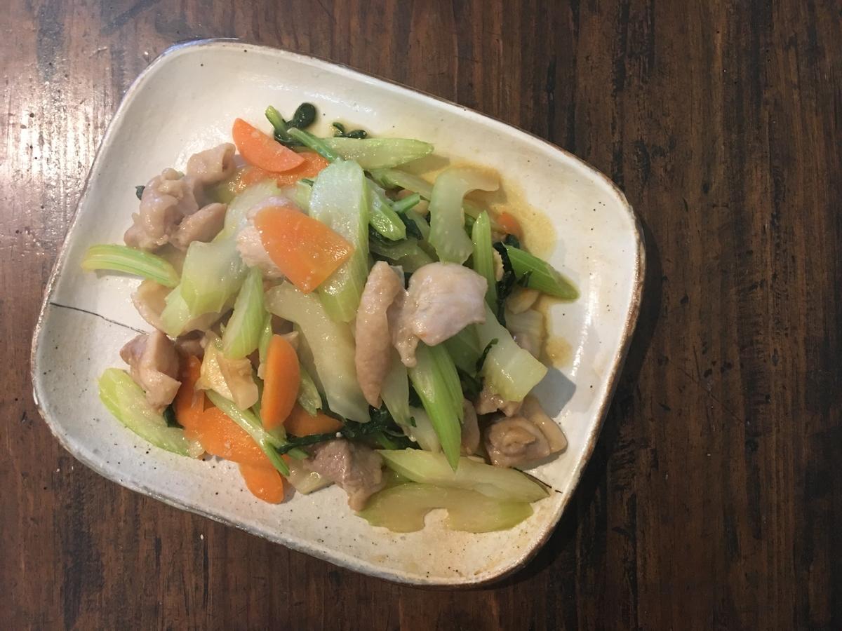 鶏モモ肉とセロリと人参のチャイニーズ炒め物