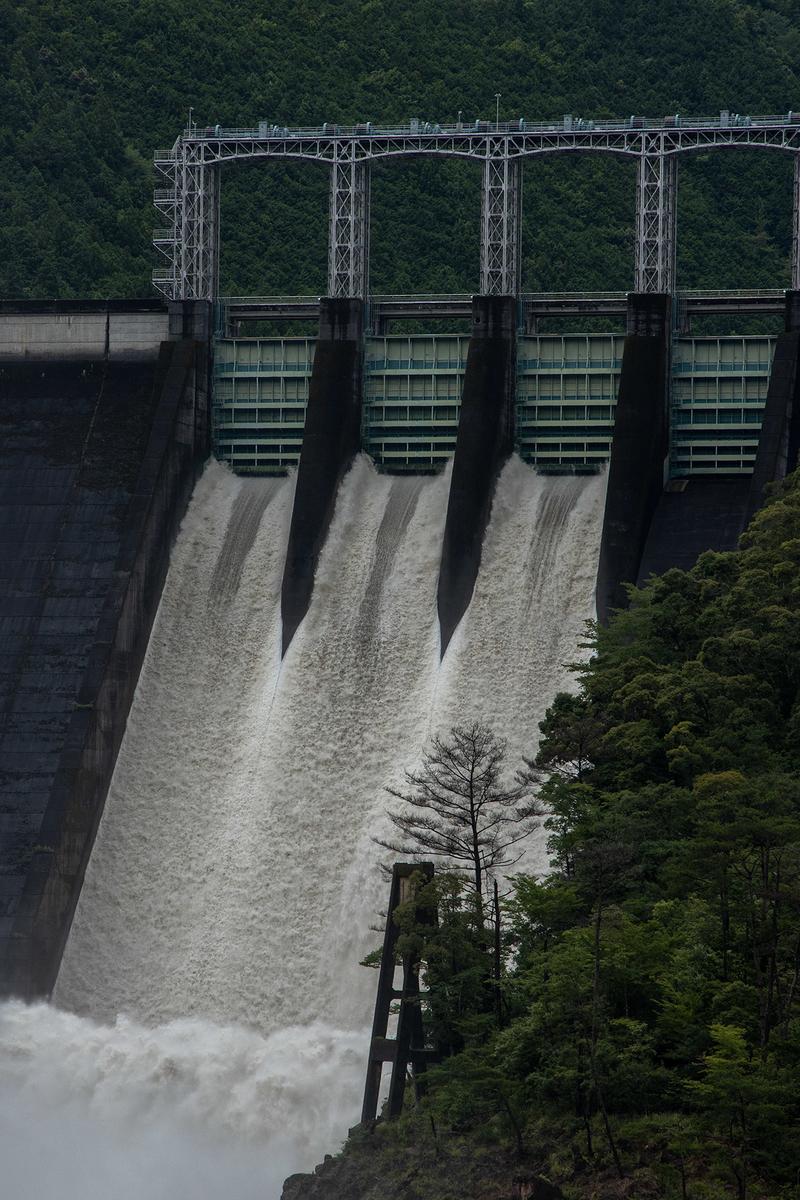 風間ダムのダム放水