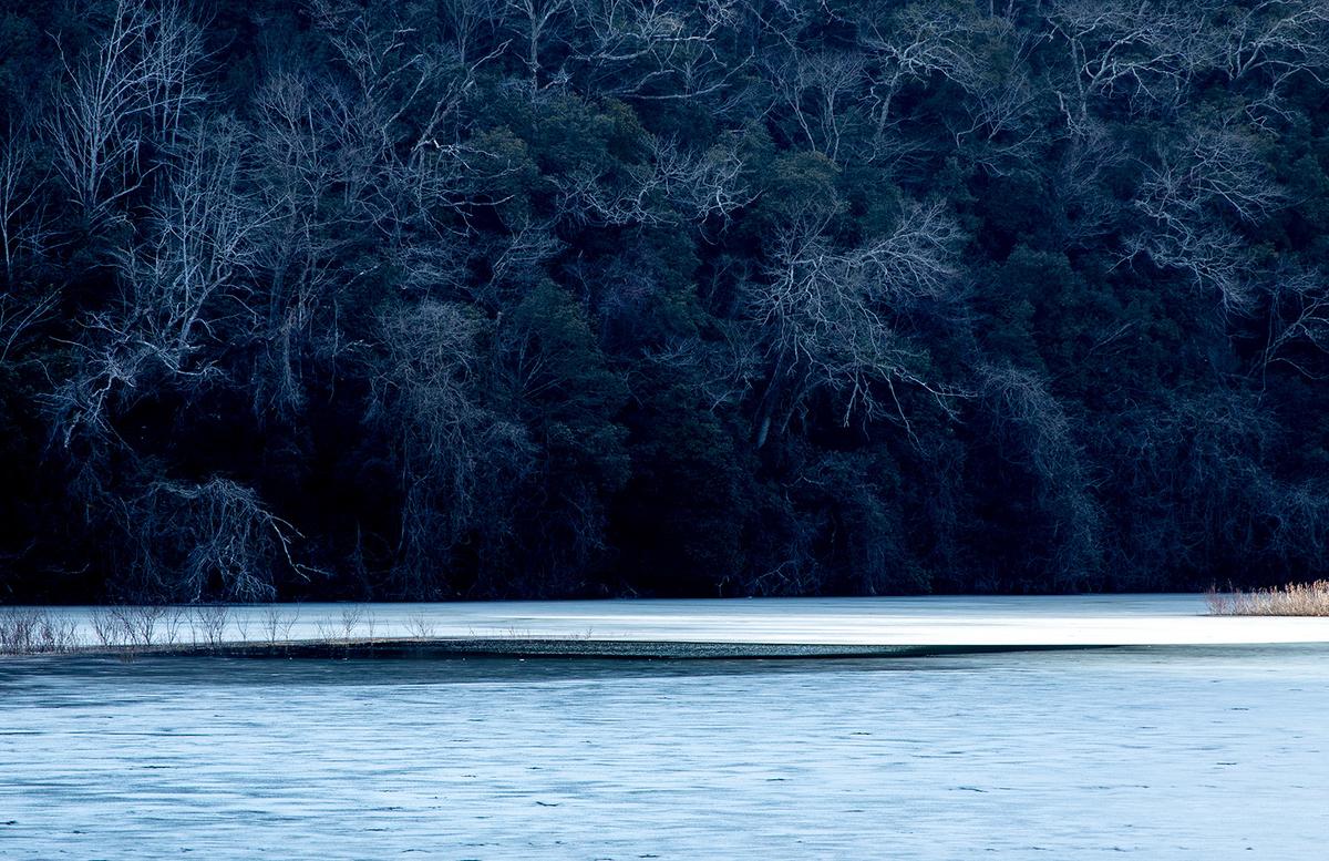 兵庫県道68号北摂里山街道沿いの凍った羽束川の神戸水道干刈水源地