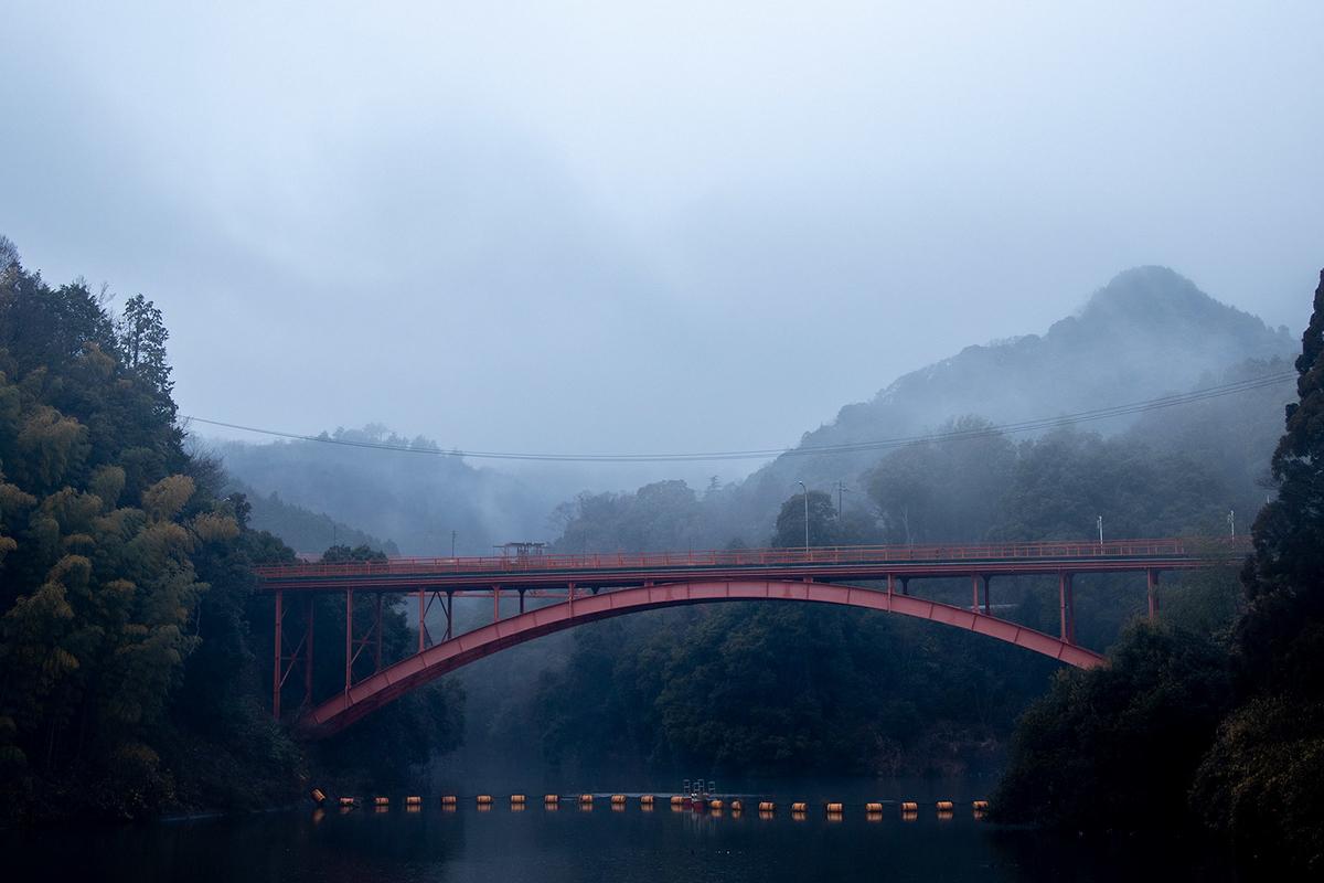 霧がかかる大阪信貴山