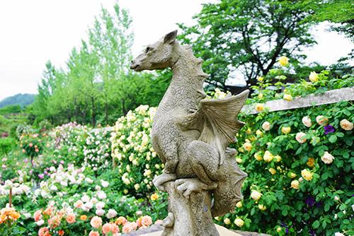 ローズガーデン内の石造ドラゴン