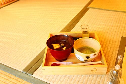 和室でぜんざいとお抹茶
