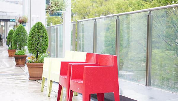 テラスにある赤い椅子と白い椅子