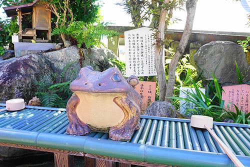 三光稲荷神社のかえる、無事かえる