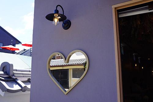 本町コーヒーの店先の壁にハート
