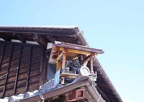 山田五平餅店の屋根には大黒様