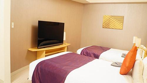 エミオンルームのベッド&テレビ